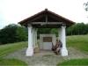 Sie können allerdings auch erst einmal diese Station des Sironaweges mit Repliken von Grabfunden aus römisch-keltischer Zeit besichtigen, die hier von einer Wanderergruppe für eine Rast genutzt wird.